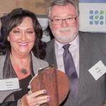 Dolores Whalen, directrice des ressources humaines chez LuminUltra Technologies ltd, accepte le Prix de réalisation en biosciences du Nouveau-Brunswick 2014 présenté par le Dr Greg Kealey, président du conseil d'administration de BioNB. Fredericton (Nouveau-Brunswick) – 3 octobre 2014 Fredericton, New Brunswick - October 3, 2014